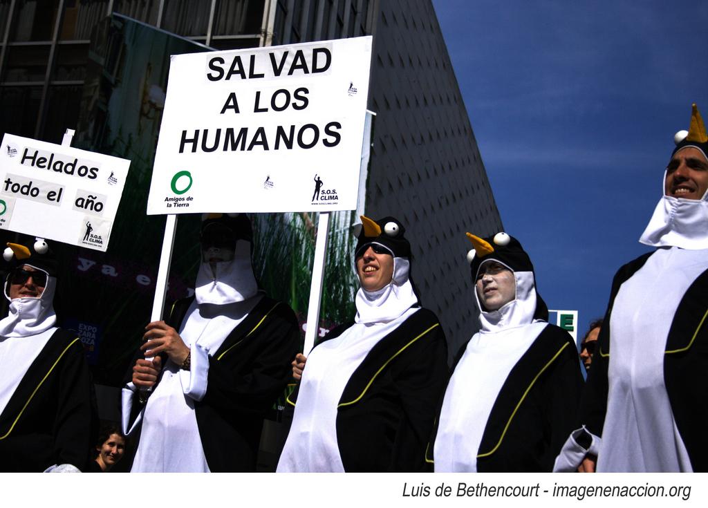 """Ir a Amigos de la Tierra sale a la calle con una """"Pingüinada"""" para reivindicar acciones urgentes para frenar el cambio climático"""