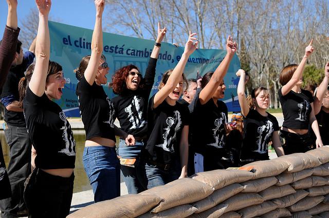 activistas construyen dique