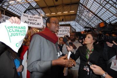 """Ir a Nmimmo Bassey, Presidente de Amigos de la Tierra Internacional recibe hoy el """"Premio Nobel Alternativo"""""""