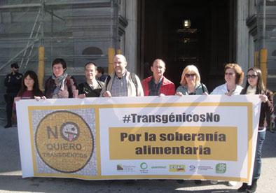 Ir a Agricultores, consumidores y ecologistas entregamos al Ministro Arias Cañete cientos de fotos de personas que rechazan los transgénicos