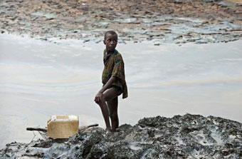 Ir a Amigos de la Tierra exige a Shell que limpie sus derrames de petróleo en Nigeria
