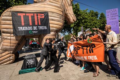 Ir a Un gran Caballo de Troya de 8 metros visita España para denunciar el TTIP
