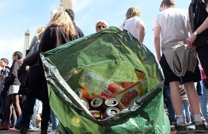 Ir a Más de 1.000 latas y botellas recogidas en sólo 15 minutos en 2 manzanas en las Fallas de Valencia