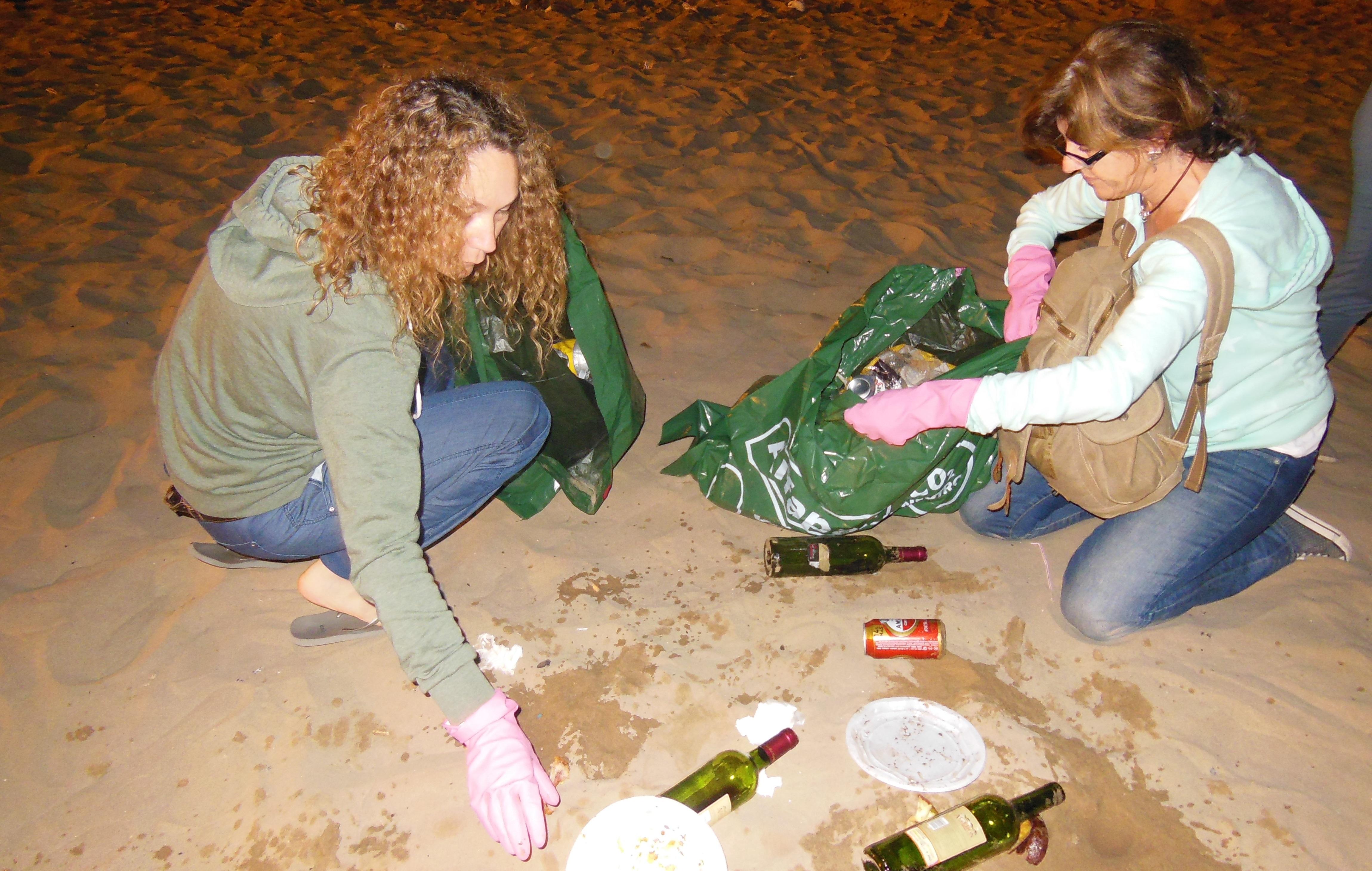 Ir a Latas y botellas de plástico y vidrio son los últimos en abandonar la playa la noche de San Juan