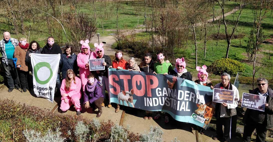 Ir a Activistas de Amigos de la Tierra contra la ganadería industrial