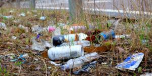 basura tirada, residuos de envases