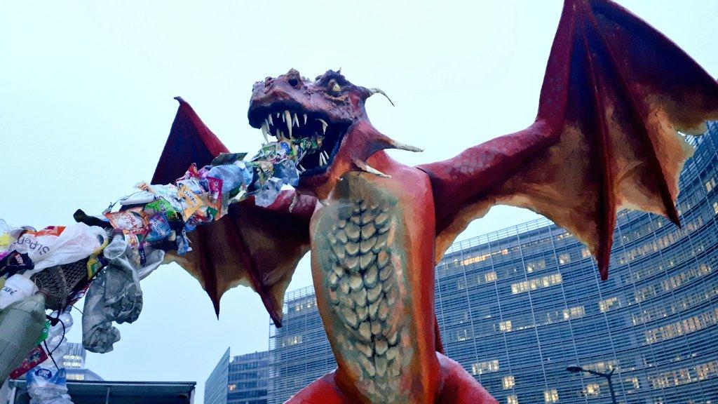 Ir a Un dragón hecho con residuos plásticos para reclamar un modelo basado en el residuo cero