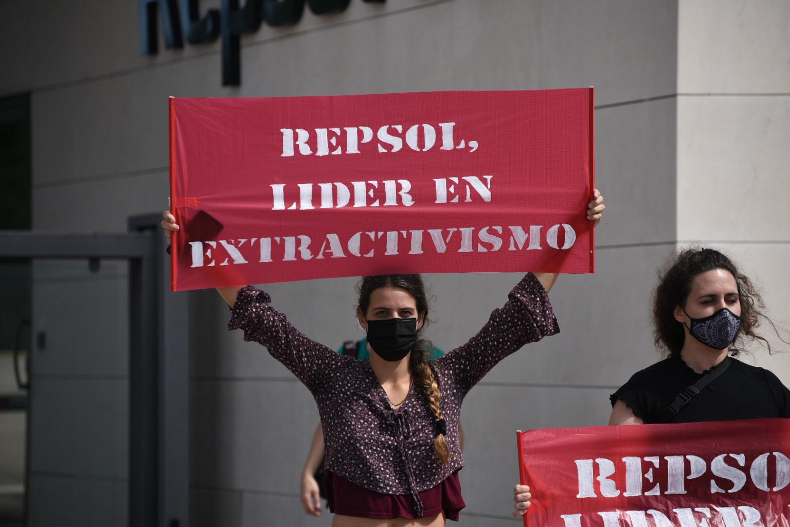 Ir a Más de 100 activistas de Rebelión por el Clima bloquean la entrada del centro de investigación de Repsol en Móstoles y piden el cese de sus actividades fósiles